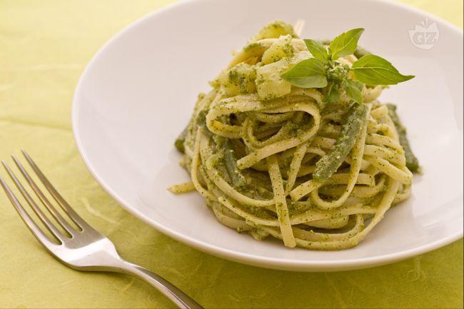 Le bavette al pesto, fagiolini e patate è una versione antica e arricchita della pasta con pesto, definita pesto ricco (o avvantaggiato).