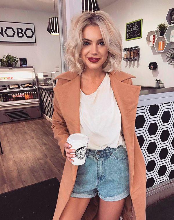 Short jeans Blusa branca Trench coat