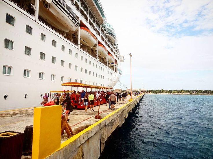Porto x barco - Cruzeiro no Caribe  . Nem sempre o navio pode parar num porto as vezes você desembarca e pega umas lanchas até a costa. Esse é um dos problemas de cruzeiros pela américa do sul nosso mar é um pouco revoltado e muitas vezes os lugares de descida por aqui ficam inacessíveis. Ou seja vice não pode descer mas pagou o pacote. Acontece no Caribe tb mas muito maia raramente. Por isso a minha dica é curtir o cruzeiro no Caribe...veja outros 10 motivos no blog! #aosviajantes #cruzeiro…