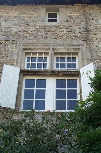 1° corps de logis, façade intérieure, fenêtre à meneaux. Château de Champagne-Mouton.
