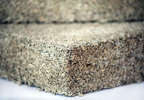 MATTONE DI CANAPA - L'utilizzo della canapa nell'edilizia consiste nell'uso delle sue fibre, la parte più esterna dello stelo, e del canapulo, la parte interna legnosa dello stelo, che viene ridotta in paglia e depolverizzata. Con le fibre di canapa si realizzano panneli isolanti e fonoassorbenti, mentre il canapulo si unisce ad acqua e calce per formare il composto di calce e canapa e dare vita a diversi utilizzi e materiali.