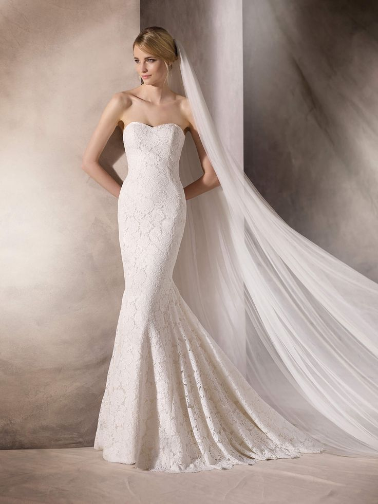 HADANE is an elegant yet simple mermaid wedding dress made entirely in lace and finished off with a discreet sweetheart neckline
