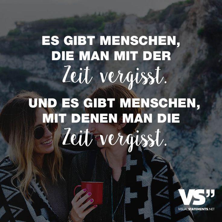 Visual Statements®️ Es gibt Menschen, die man mit der Zeit vergisst. Und es gibt Menschen, mit denen man die Zeit vergisst. Sprüche / Zitate / Quotes / Leben / Freundschaft / Beziehung / Liebe / Familie / tiefgründig / lustig / schön / nachdenken