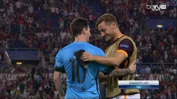 Dwie legendy piłki nożnej w miłej pogawędce • Lionel Messi i Francesco Totti tuż po meczu Ligi Mistrzów • Wejdź i zobacz foto >> #messi #lionelmessi #totti #football #soccer #sports #pilkanozna