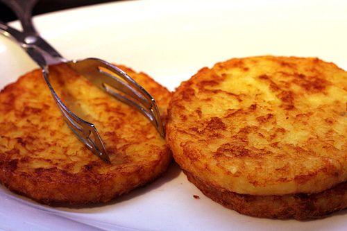 Lav selv dine sprøde brunch kartoffelrösti, som passer perfekt til brunchen. Sprøde brunch kartoffelrösti er lette at lave og smager dejligt.