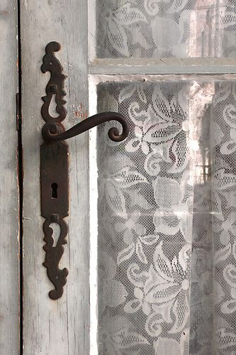 Dietro ogni porta , una storia...