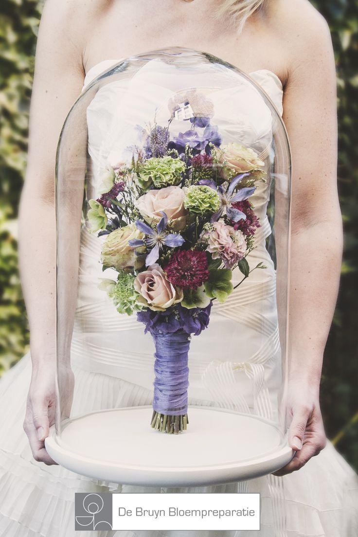 Vrolijk gekleurd lente  bruidsboeket met o.a. Ranonkels, rozen en clematis. Gedroogd en geprepareerd bewaard in de stolp Bellino.