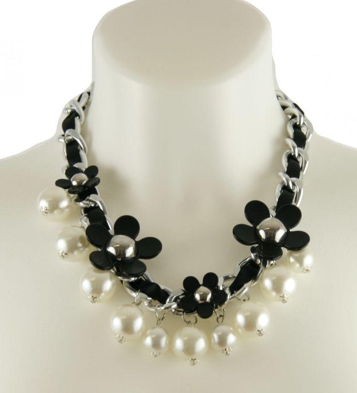 Die Must Haves der Saison. Kette von A-Zone in schwarz und silber mit Perlen. Viele verschiedene Anhänger geben dieser Statementkette den besondern Style für Fashionistas. Trendiges Collier mit Perlen für deinen perfekten Auftritt. [Unser Preis: 21,95€]