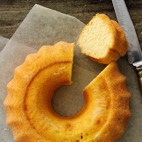 Se vårt recept på en härligt luftig sockerkaka som kan serveras med färska bär.