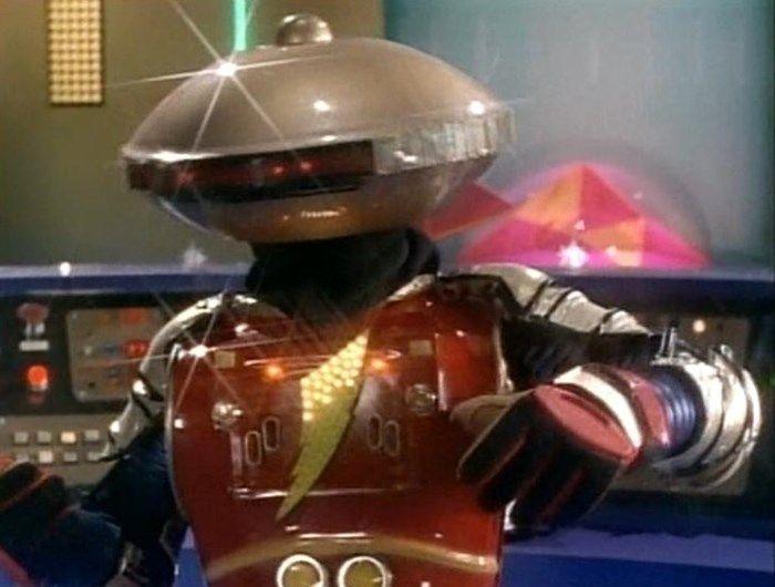 Robô Alpha 5 dos Power Rangers.