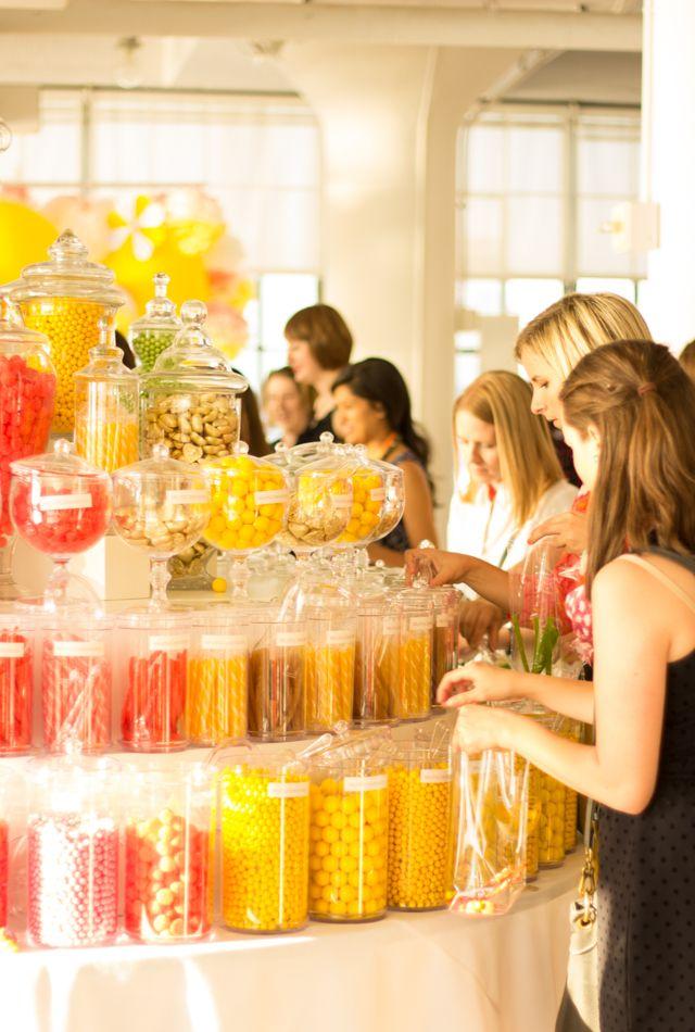 Buffet de dulces dentro de frascos de boticario con colores sólidos. #MesaDulce