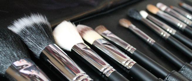Az elkoszolódott sminkecsettel olyan kórokozókat juttathatunk a bőrünkre amelyek káros hatással lehetnek rá.  http://www.szalonmania.hu/blog/miert_kell_tisztitani_a_sminkecseteket.html