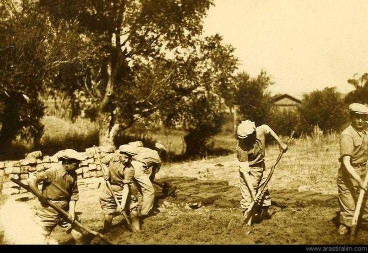 köy enstitüleri öğrenciler Kerpiç yaparken