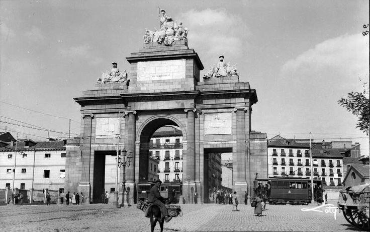 Puerta de Toledo, finales de la década de 1920. António Passaporte (1901-1983) Archivo LOTY. Fototeca del Patrimonio Histórico. Ministerio de Cultura.