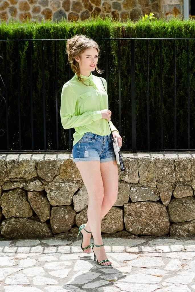 Camasa casual vernil Pastel:Este usor de integrat într-o ținută smart casual cu o pereche de jeans negri și pantofi cu toc sau într-o ținută casual lejera, cu vesta, blugi albastri și incaltaminte joasa.