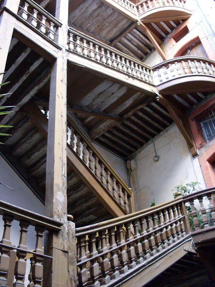 Escaliers en bois de style Louis XIII dans la cour du 22 rue des Changes, Toulouse. Maison du Capitoul Pierre Labonne (16°-17)s).