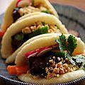 Gua bao, sandwiches taiwanais au porc laqué - petits pains vapeur garnis de porc laqué