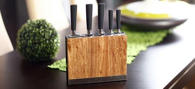 Nowoczesny i praktyczny zestaw 5 kutych noży serii '200' marki Vialli Design posiada dodatkowo wbudowaną ostrzałkę do noży oraz deskę do krojenia, która przylega do bloku, dzięki stalowej podstawce. Rękojeści noży pokryte są powłoką z antypoślizgowego tworzywa, zapewnia ona wygodę podczas krojenia.