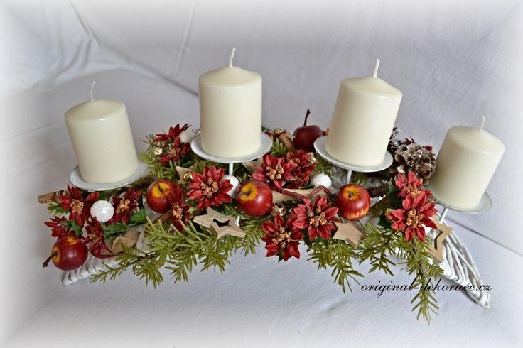 Vánoční (adventní) svícen, ratan, bílý oblouk - červené vánoční květy, jab