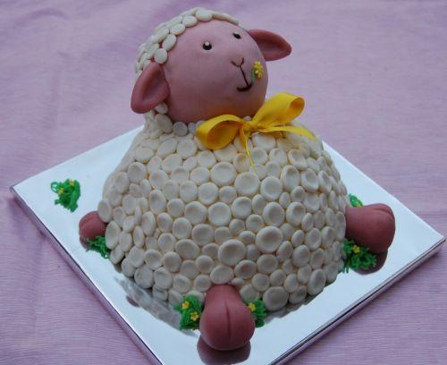 Er is 1 bruin schaap in de kudde, (hoort niet bij t ras) vandaar een bruin schaapje aan de binnen kant ;), chocobiscuit met bonbonbloc vulling. Hoofd is van chocolade pecan cake. Wol is van marsefond.