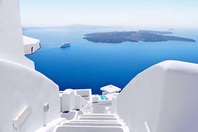 Santorini es una sinfonía de azul y blanco en pleno Mediterráneo