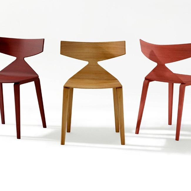Arper  Disegnata dallo studio Lievore Altherr Molina, Saya è una seduta iconica in legno, dalla silhouette decisa, disponibile in 4 essenze di legno e in 3 tonalità di rosso