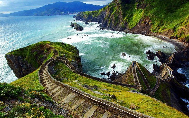 Гастелугаче (его полное название Сан-Хуан де Гастелугаче, San Juan de Gaztelugatxe) — крошечный островок в северной Испании, у побережья Бискайского залива.Остров соединяется с материком узкой тропинкой и чтобы на него попасть, вам придется преодолеть не только два арочных моста, но еще и 230 ступенек, конечно, при условии, что цель вашего похода – скит, которому уже пошло одиннадцатое столетие.