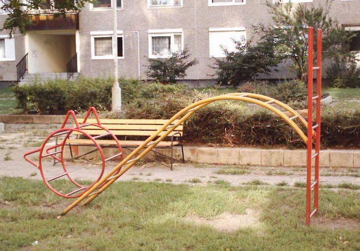 cica mászóka (retro, régi játszótér, lakótelep, macska)