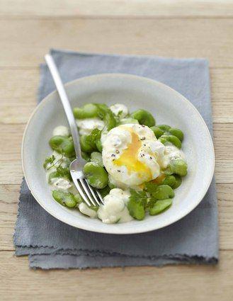 Salade de fèves et œuf poché au Carré Frais olives-touche de citron