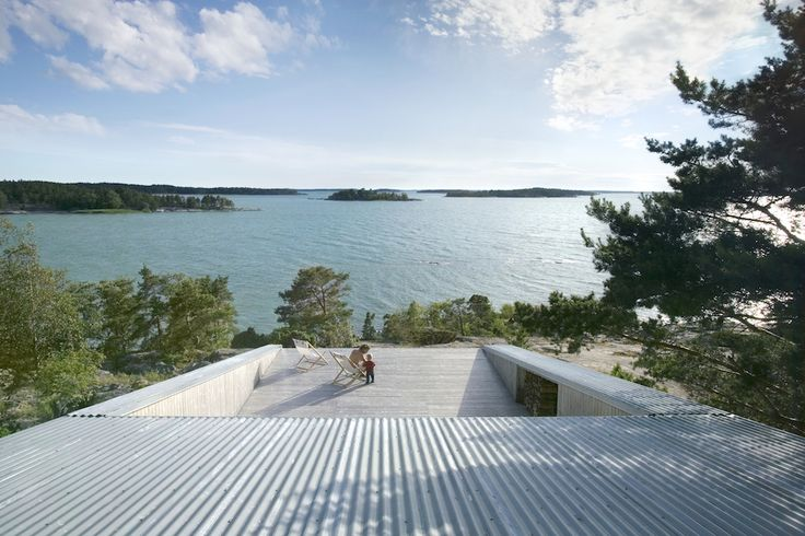 Villa Mecklin by Huttunen Lipasti Pakkanen Architects was placed amidst the shelter of a narrow zone of trees in the Finnish archipelago. The main building sits in a small depression in the rock, its sheltered terrace extending over the summit of the rock. One arrives from the harbour to the entrance of the main building [...]