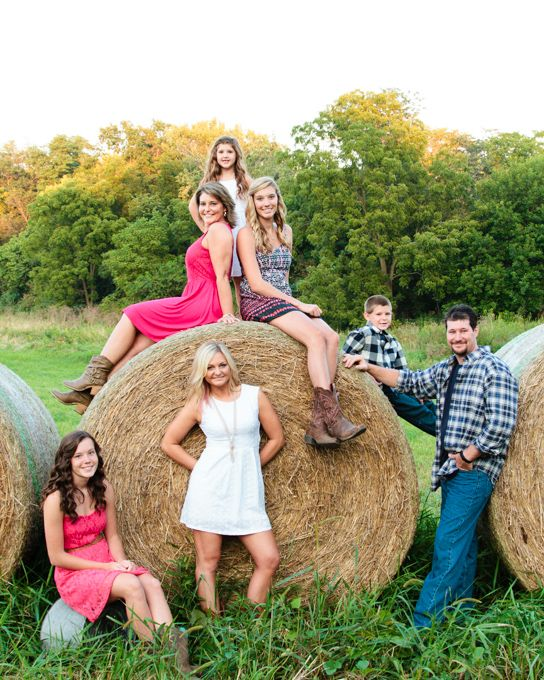 Family pictures, country, large family, hay bale Sabrina Walsh Photography