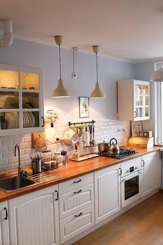 Hoy la inspiración llega desde divinas cocinas blancas combinadas con madera.