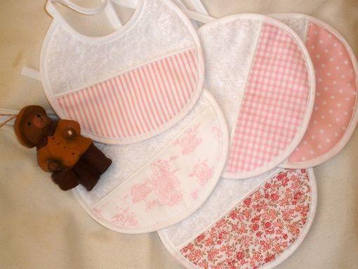 Arrullos, bolsas de pañales, baberos, bolsas de clínica, cualquier detalle que puedas necesitar para tu bebé.