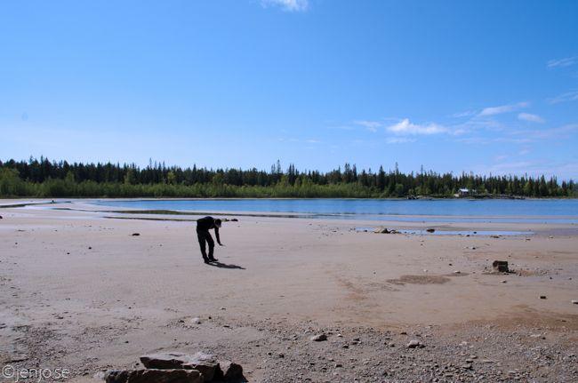 Mikael visar hur högt vattnet ska vara normalt. På Kluntarna.