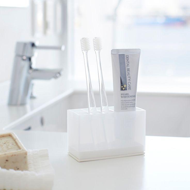 スッキリとした清潔感のあるデザインが美しい、「トゥースブラシスタンド ヴェール」のご紹介です。歯ブラシ、歯間ブラシ、歯磨きチューブを一括収納。カバーと底が外れる設計なので、お手入れもカンタンです◎スリムな設計なので、狭い洗面所やバスルームにもオススメです。  ■size :約W11×D5×H7cm  #home#veil#歯ブラシスタンド#トゥースブラシスタンド#歯ブラシ#歯ブラシ収納#バス#洗面所#洗面所収納#バス収納#収納術#モノトーンインテリア#整理整頓#整理収納#暮らし#丁寧な暮らし#シンプルライフ#おうち#収納#シンプル#モダン#便利#おしゃれ #雑貨 #yamazaki #山崎実業