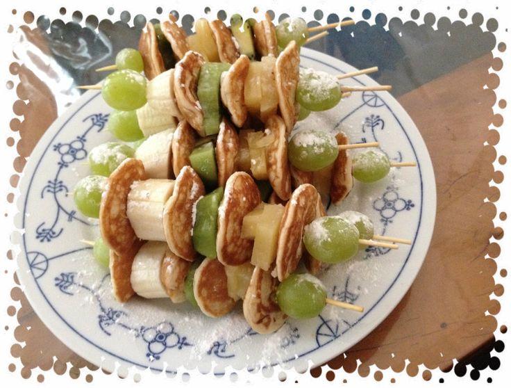 Gezond spiesje, met poffertjes en vers fruit.