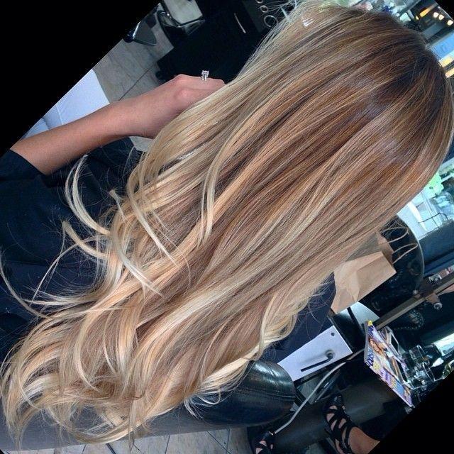 Perfecto cabello con reflejos rubios .                                                                                                                                                     Más