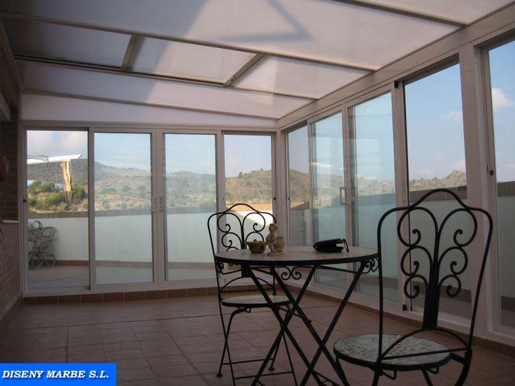 cerramiento terraza formado por techo movil de policarbonato blanco hielo y puertas correderas acristaladas cmara transparente techos aluminio