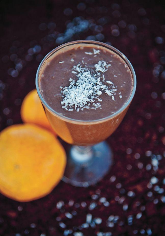 Frokostsmoothie med sjokolade   Du behøver:    2 frukt, for eksempel eple, pære eller banan  3 toppede matskjeer med kokosmelk (den fetere varianten)   2 eggehviter eller 1 kokt egg   1 ss kakaopulver   1/2 ss gurkemeie  2 ts kaldpresset linfrøolje   4 dl vann  kokosflak til granering    Slik gjør du:    1. Skjær frukten i biter.      2. Bland samtlige ingredienser og tilsett mer vann om det trengs.     3. Topp med kokosflak og server!