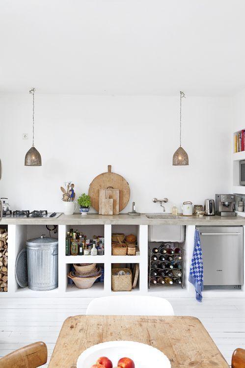 Nach dem Vorbild mediterraner Küchen wurde eine Küchenzeile (Regale und Badezimmer sind ebenso machbar) aus Ytongsteinen aufgemauert und mit Lehm bzw. Kalk verputzt. Ein abschließender Sumpfkalkans