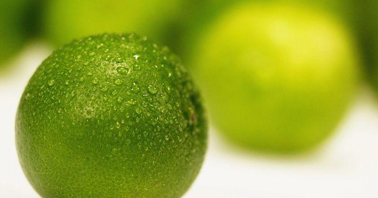 Cómo hacer pintura de color verde lima. Los tres colores primarios son el rojo, el amarillo y el azul. A partir de estos colores nacen los colores secundarios y los terciarios. El verde es un color secundario. Cuando quieres hacer tonos de verde, el verde lima incluido, puedes lograrlo fácilmente si sabes qué colores primarios mezclar.