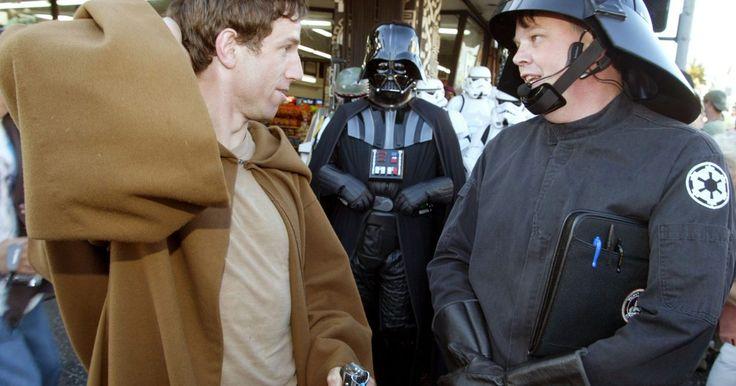 Cómo hacer una bata de jedi. Tras su debut en la primera película de La Guerra de las Galaxias en 1977, las batas de jedi se convirtieron en una de las prendas de trajes de películas más reconocidas en la historia. Junto con los sables de luz, estas largas batas con capuchas extra grandes se convirtieron en partes clave de vestirse como un personaje de la película. Incluso ...