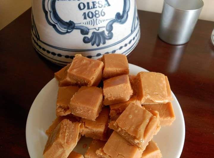 Dulces de leche condensada Ingredientes: Una lata de leche condensada de 400 gramos aproximadamente 150 ml de leche entera 115 gramos de mantequilla 450 gramos de azúcar 1 cucharadita de esencia de…