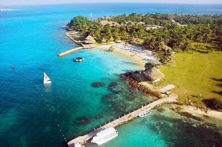 La isla Múcura pertenece al archipiélago de San Bernardo, junto con otras nueve islas y se encuentra ubicada al norte de Colombia, a dos horas y media en lancha desde la ciudad de Cartagena de Indias y hace poco tiempo que se encuentra anexada al Parque Nacional Natural Corales del Rosario, una de las reservas naturales más hermosas y visitadas de Colombia.