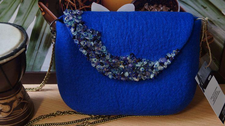 """Голубика"" (крошка флюорита, авантюрина) + подарочек браслет, р-р 21х16, внутри 3 карманав (один на молнии) в наличии"