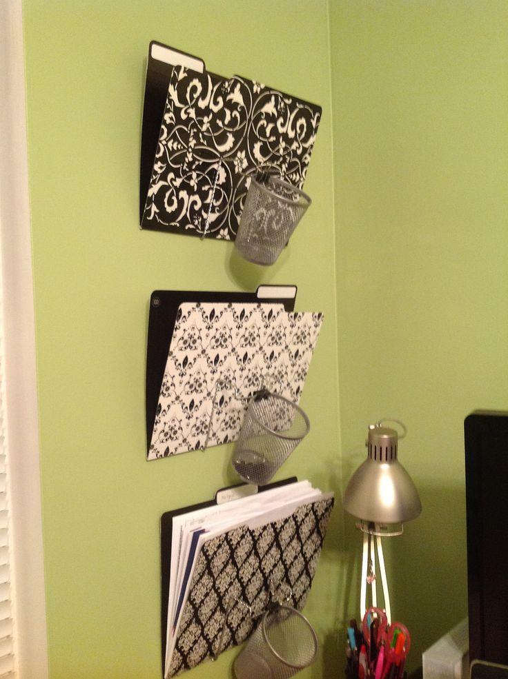 """caballetes pantalla de metal, tazas de lápiz y clips de mariposas de Dollar Tree - Costo Total $ 7! Voltear caballetes boca abajo y doblar """"v"""" tanto como sea posible, clip de la taza y poner en carpetas de archivos bonitas. Adjunte todos con par de pequeños clavos a la pared."""