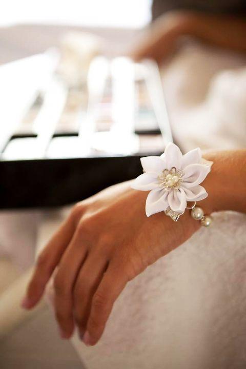 Hófehér textil virággal díszített karkötő, csutiorsi, meska.hu #textile #flower #bracelet