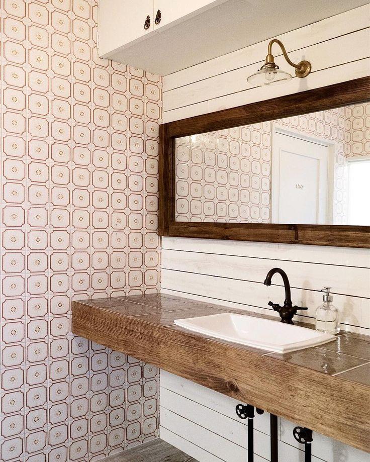 昼間ご紹介したブラケットランプ。洗面台で使ってらっしゃる方が多いです◎ もちろん洗面台以外でも、廊下やトイレ、ベッドサイドにも。上下左右に明かりの向きを変えられるタイプはキッチンの手元灯としても素敵で便利ですね。 ・ 詳細はウェブストアのカテゴリー、照明>ブラケットライトをご覧ください ・ #lighting_ps ・ インテリアデザイン / @folk_space_design http://ift.tt/2iTadN4