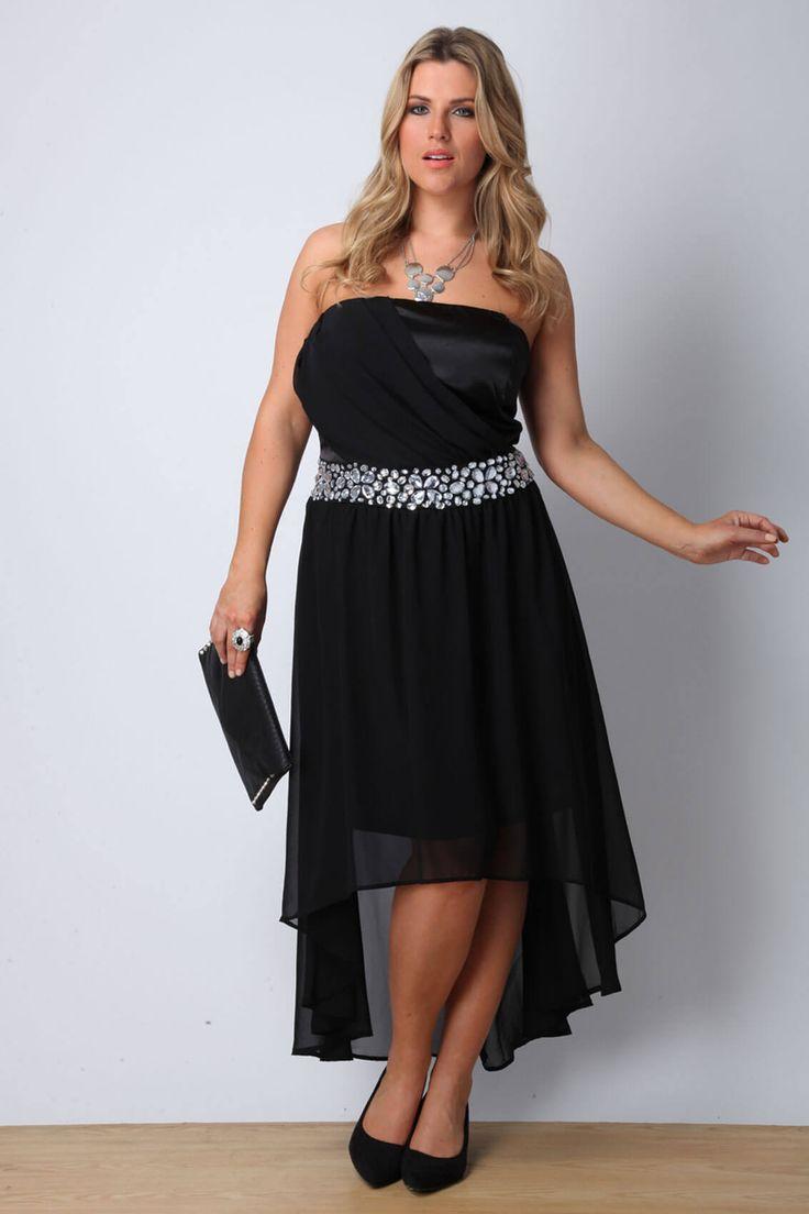 Асимметричное платье, декорированное блестящим поясом, черные балетки, клатч