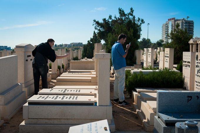 Vi fortsätter våra ansträngningar att digitalisera kyrkogårdar. Nyligen digitaliserade MyHeritageanställda och volontärer över 150 000 gravstenar.